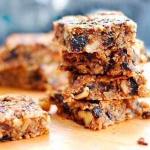 Овсяный десерт с орехами и черносливом