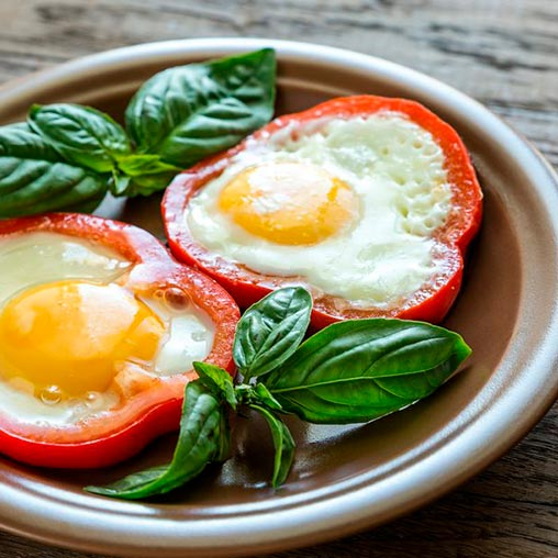 Яйца в колечках перца с овощным салатом